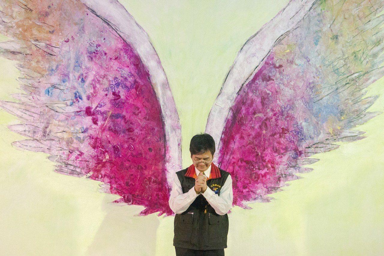 花蓮縣文化局長江躍辰與美國藝術家Colette Miller創作的「天使之翼」作...