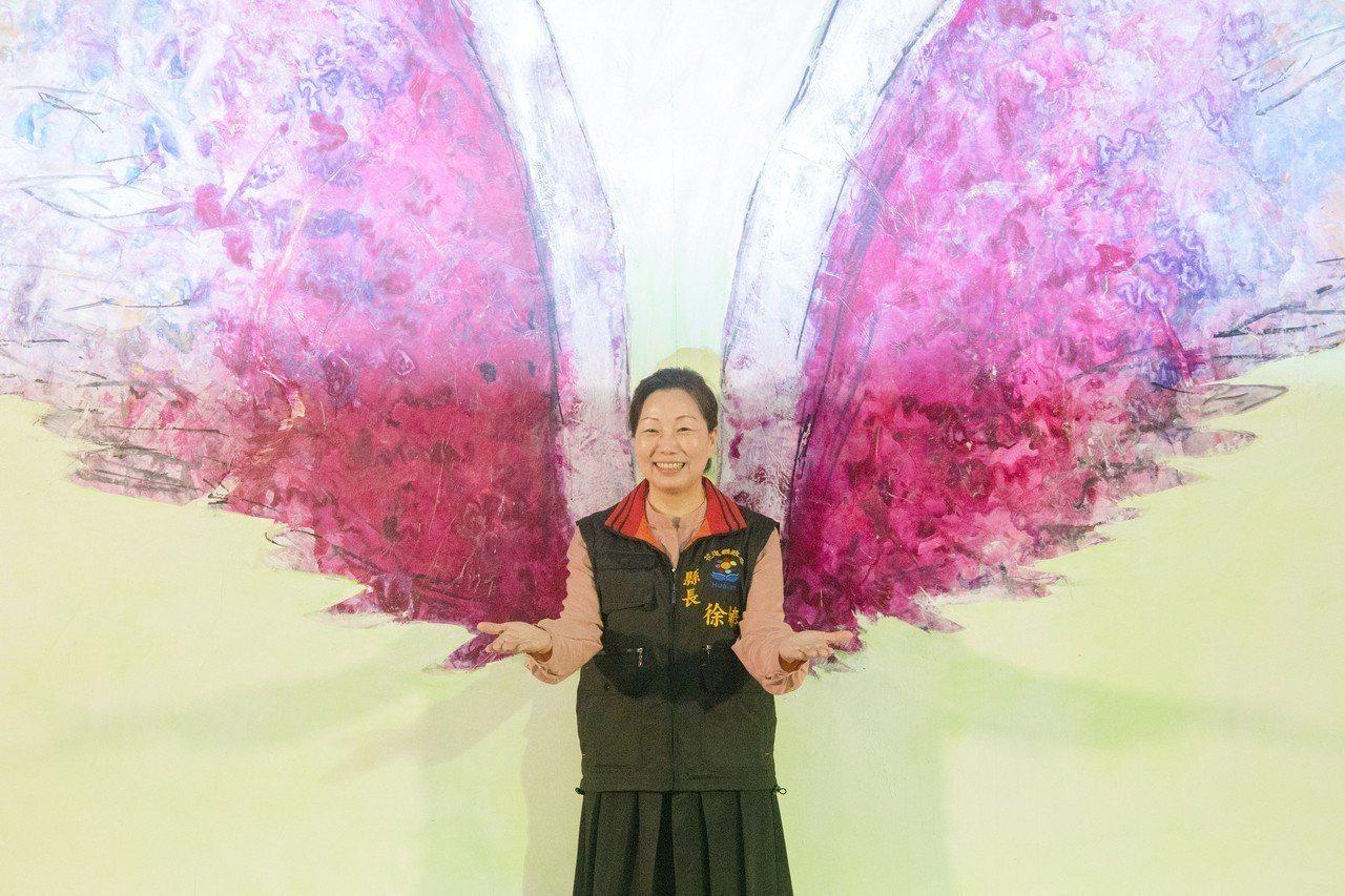 花蓮縣長徐榛蔚與美國藝術家Colette Miller創作的「天使之翼」作品合影...