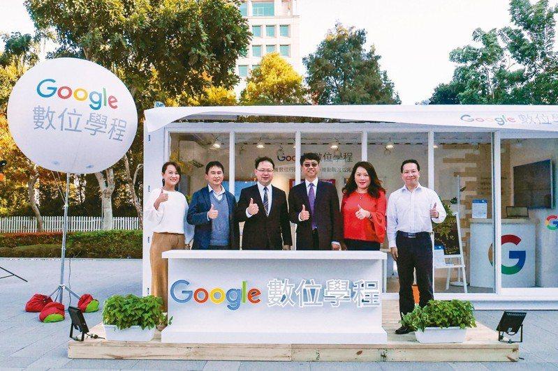 Google數位學程中部基地開幕,首選逢甲大學設置「Google數位學程中部實體課程據點」,校長李秉乾(右三)出席。 圖/逢甲大學提供