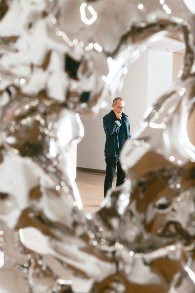 北京藝術家展望擅長以石頭與不鏽鋼為創作素材。 記者陳立凱/攝影