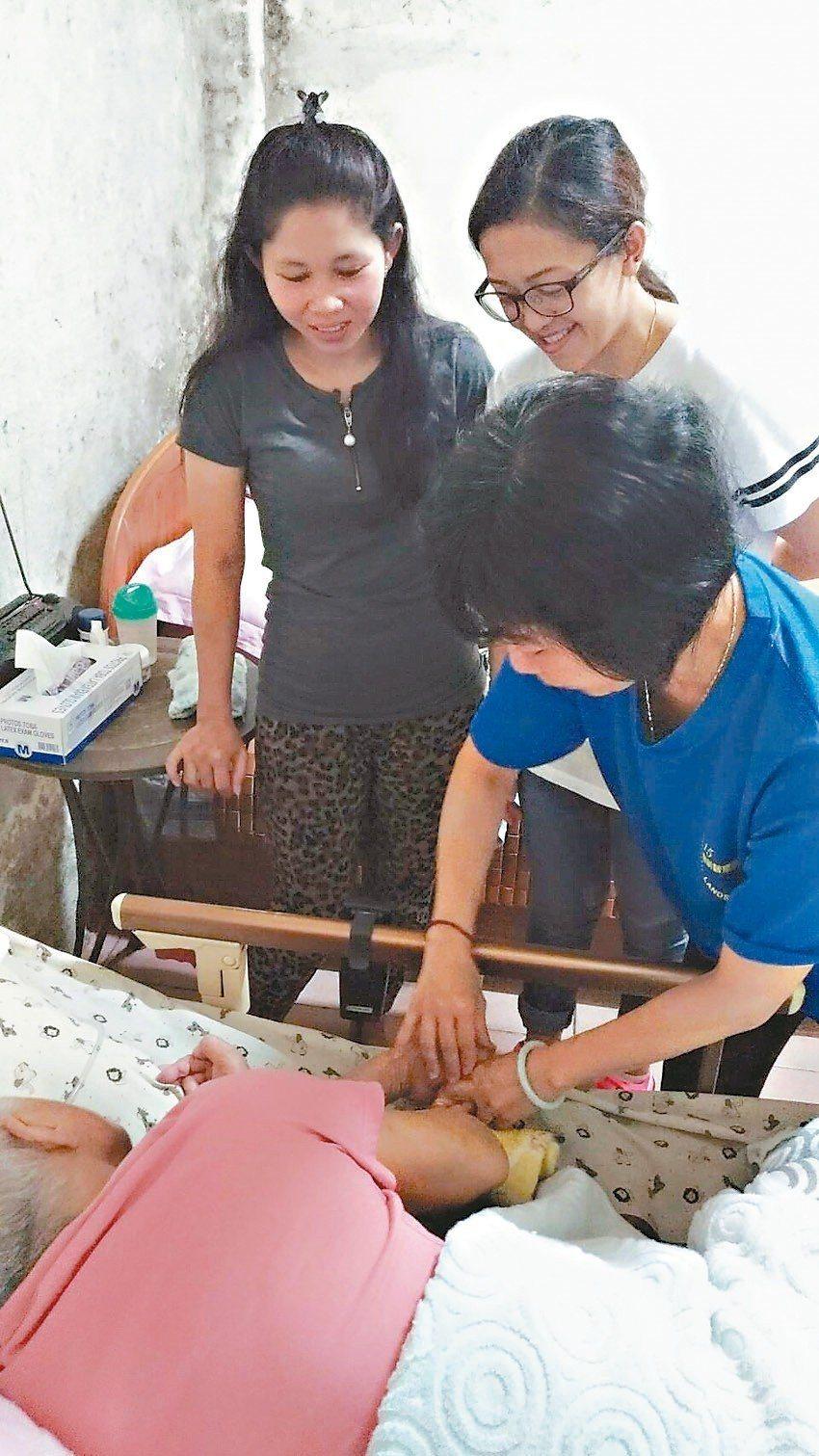 外籍看護工經常有語言溝通問題,桃園市府推動加強看護技巧、溝通能力課程。 圖/桃園...