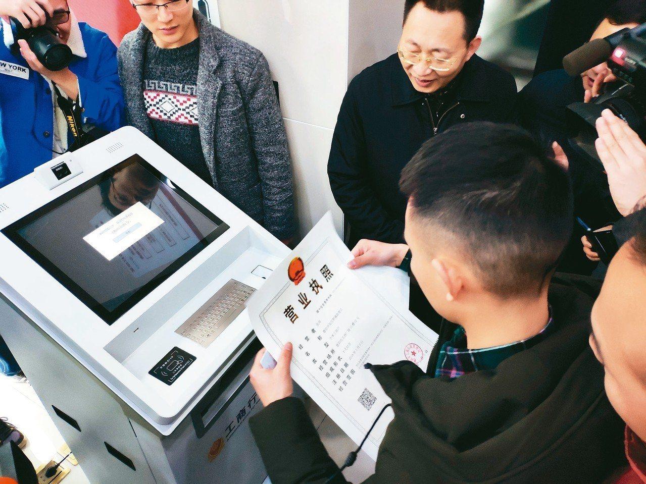 四川首張通過手機APP登記、全程電子化自助製作列印出的個體營業執照,由德陽發出。...