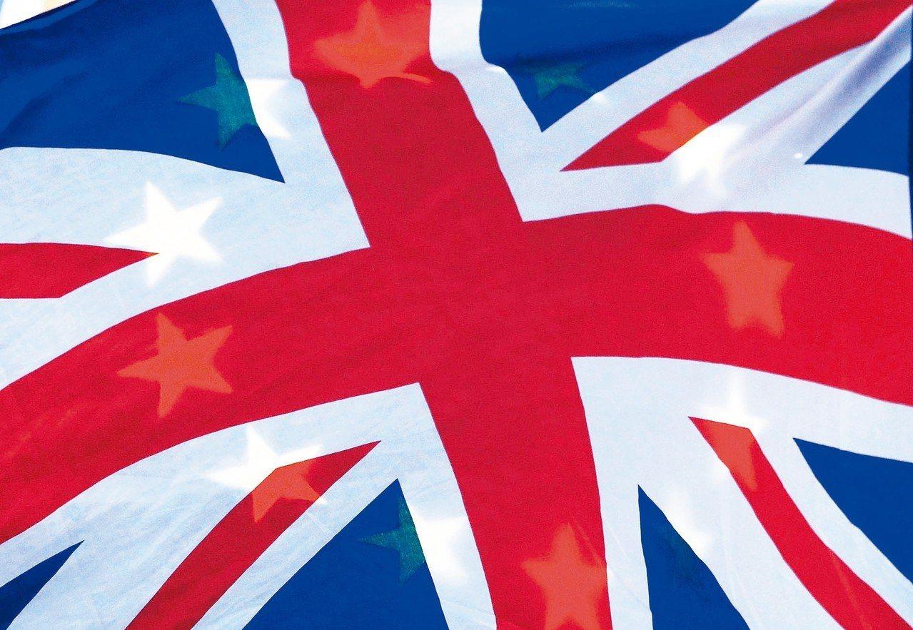 英國留歐陣營七日在倫敦示威,民眾高舉的英國國旗蓋住歐盟旗。 (路透)