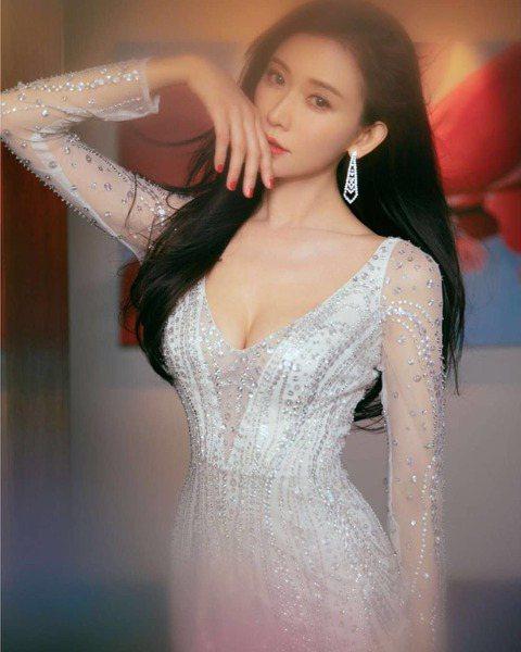 44歲名模林志玲擁有完美身材,每次在活動中亮相總成為鎂光燈的焦點,她在社群網站曬出日前出席「微博之夜2018」的禮服照,一身銀白色薄紗合身洋裝,讓凹凸有致的身材現形,亮點則是胸前深V的設計,直開到肚...