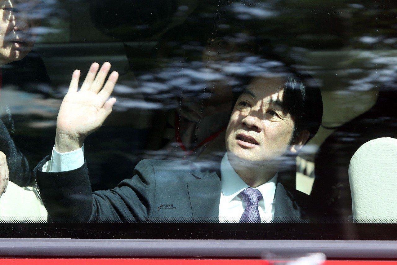 行政院14日舉行新卸任院長交接儀式,卸任院長賴清德(圖)在儀式結束後搭乘遊覽車離...