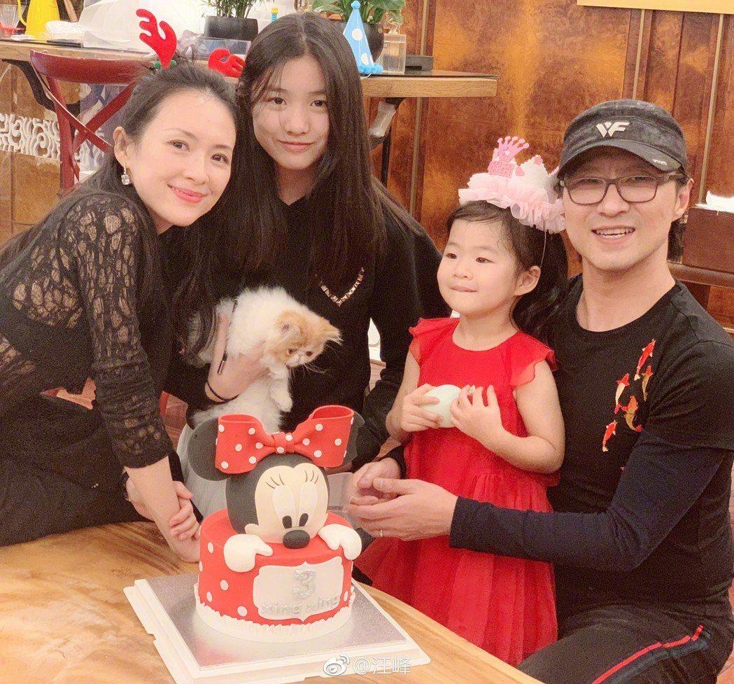 章子怡(左)一家人。圖/摘自汪峰微博