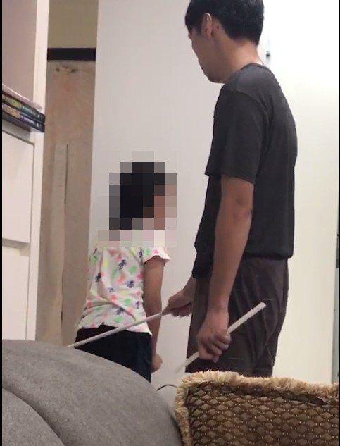 外公提供家暴父去年10月用鐵條打孩子施暴畫面。圖/林昭彰截圖