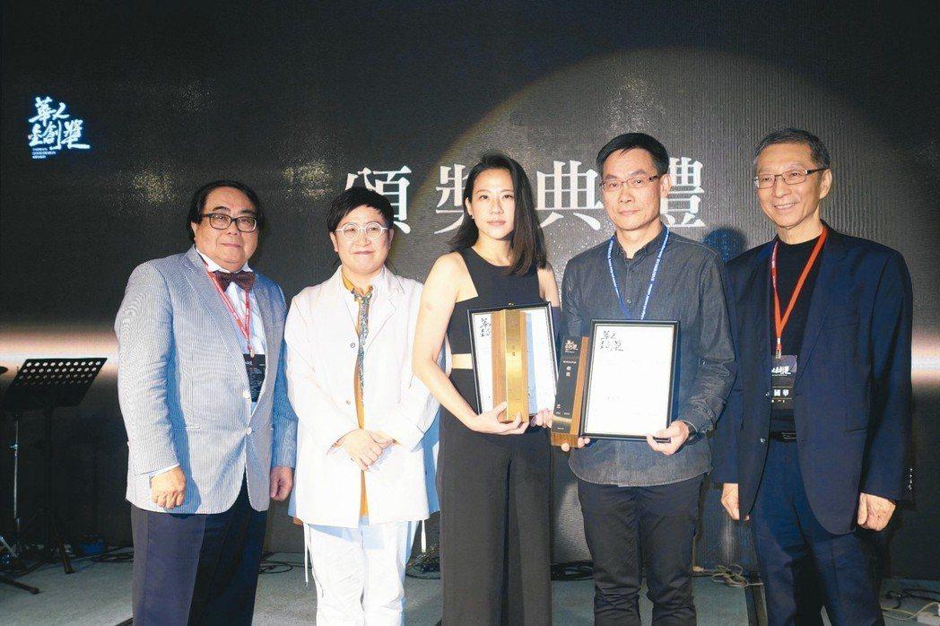 青三設計主持設計師楊青華(中)以「雅柏牙醫診所」,拿下醫療院所類「金獎」,為設計...