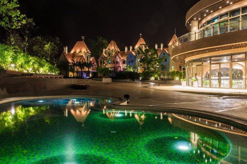 瑞穗春天酒店打造室內外溫泉戲水區多達108池的「金色水樂園」,帶出瑞穗當地「黃金...