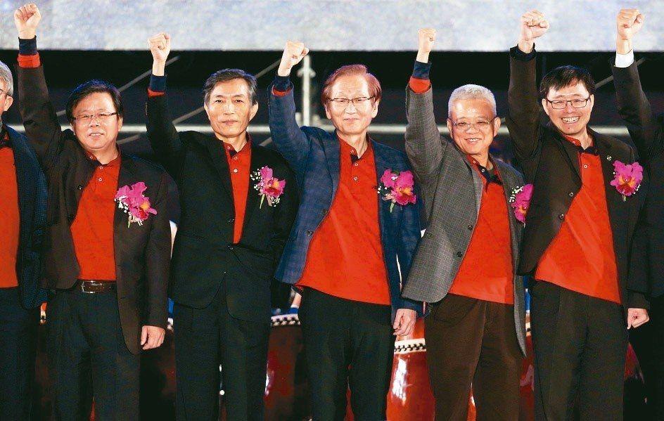華碩昨日尾牙,執行長胡書賓(左起)、副董事長兼總裁曾鏘聲、董事長施崇棠、策略長徐...