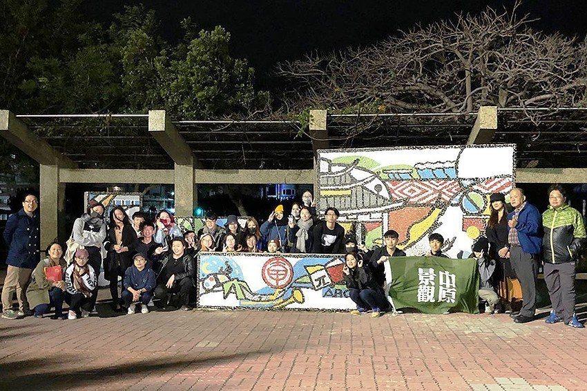 中原大學師生為大甲國小完成馬賽克牆,從早上九點到傍晚天黑才完工。 中原大學/提供