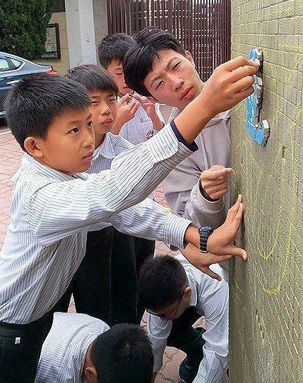 大甲國小的學生在中原大學師生指導下,一起製作代表學校特色的公共藝術作品。 中原大...