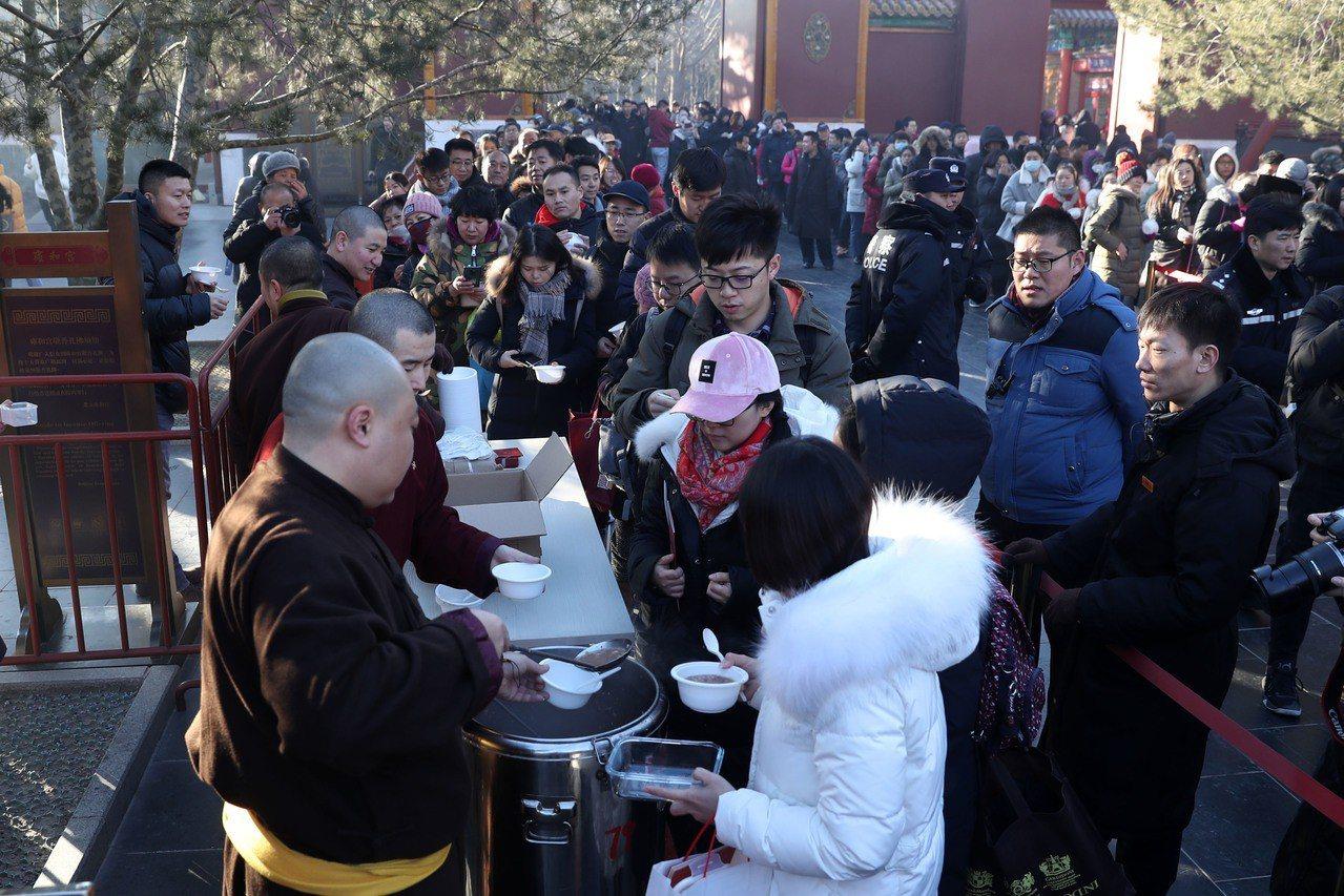 近萬人蜂擁雍和宮領臘八粥。 中國新聞社