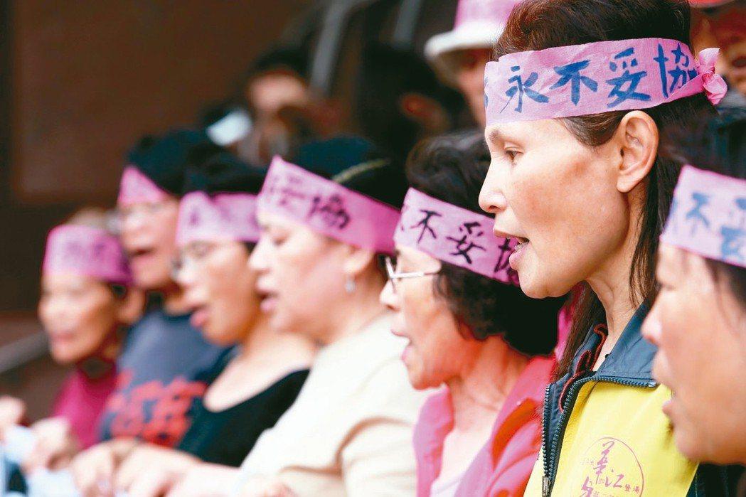 台灣有25萬勞工在高溫、異常氣壓、高度噪音、粉塵等高風險環境工作。圖為RCA工業...