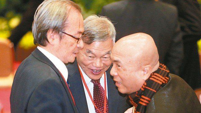 內閣改組,經濟部長沈榮津(圖中)如外界預期獲得留任,首要任務即提出國家新的能源政...