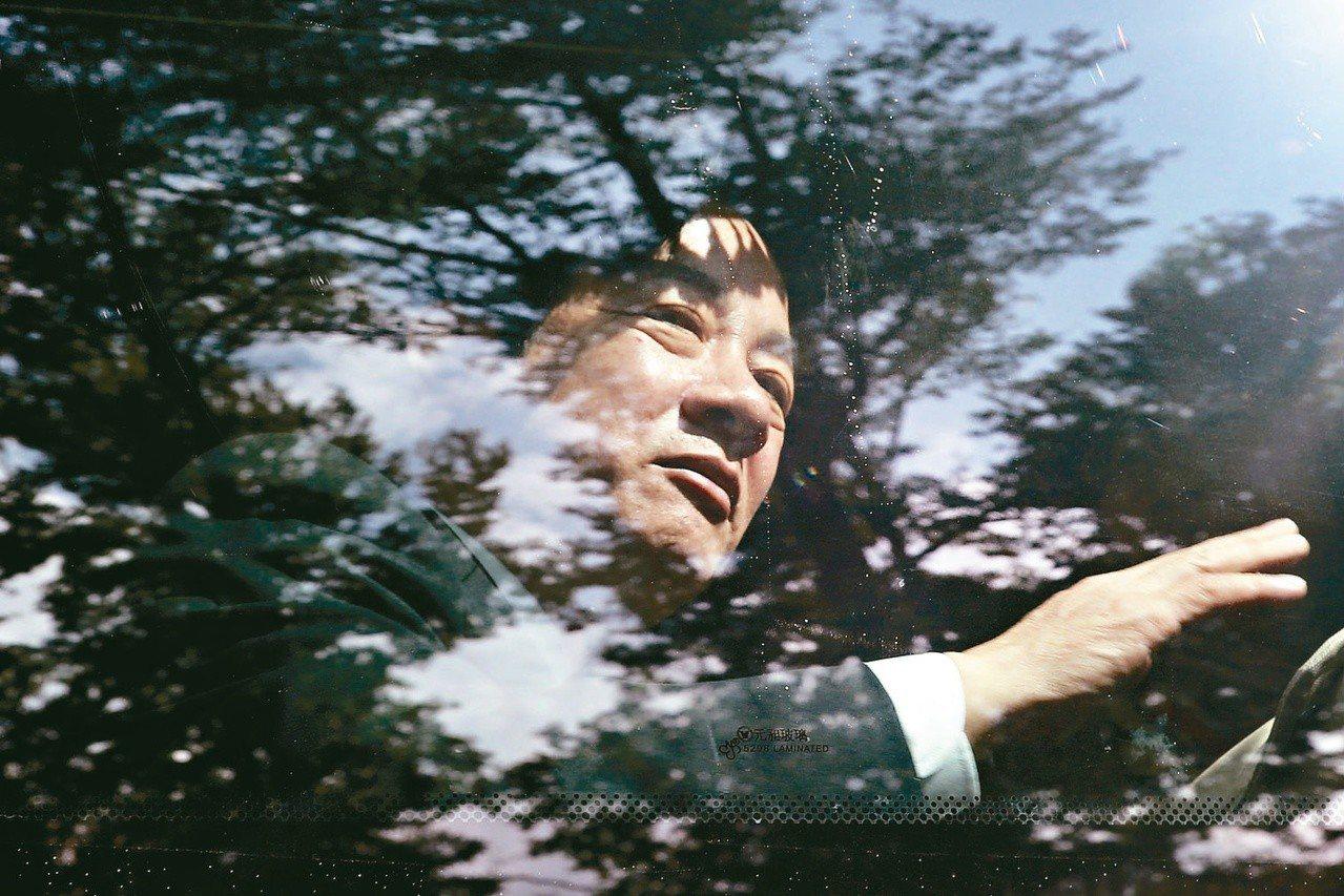 行政院上午進行新、卸任行政院長交接,卸任院長賴清德搭乘遊覽車離開行政院。 記者林...