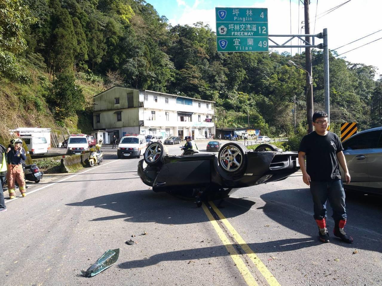 陳姓車主駕駛的保時捷Cayman 987在北宜公路上翻覆,車體損傷嚴重但乘客及駕...