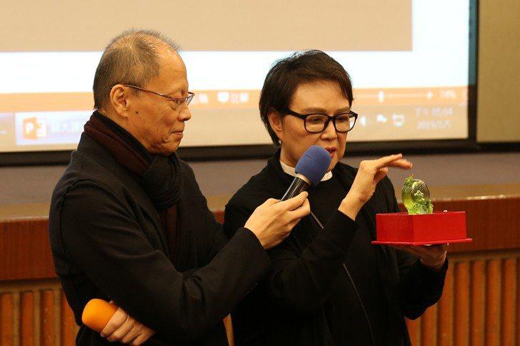 琉璃工房創辦人暨藝術總監楊惠姍認為,人生就是不斷的為下一段生命時光做準備,她把電...