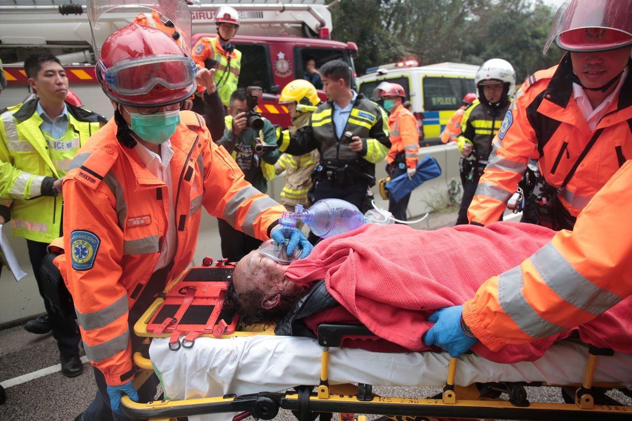 一輛綠色小巴於城門隧道公路翻側,巴士中16名乘客受輕傷,60多歲司機不幸身亡。香...