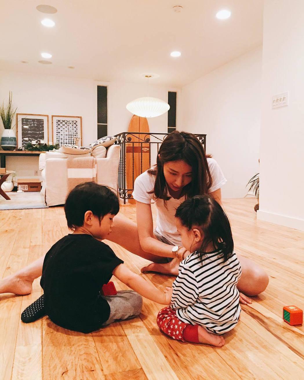 隋棠常分享與孩子互動的家居生活照。圖/擷自IG