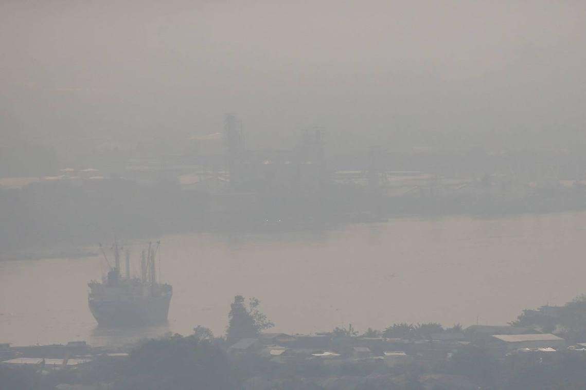 曼谷的嚴重霧霾已從1月11日持續長達3天,未來恐派還會繼續蔓延一個月之久。圖為1...