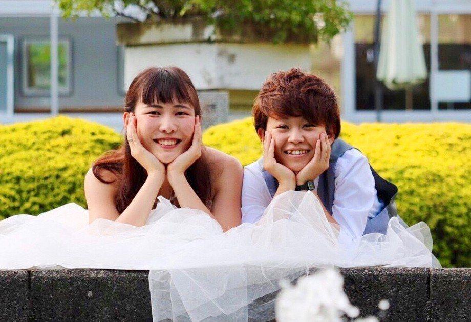 現年21歲河崎美里和22歲的大瀧真優打算到全球25個同性婚姻合法的國家拍攝婚紗照...