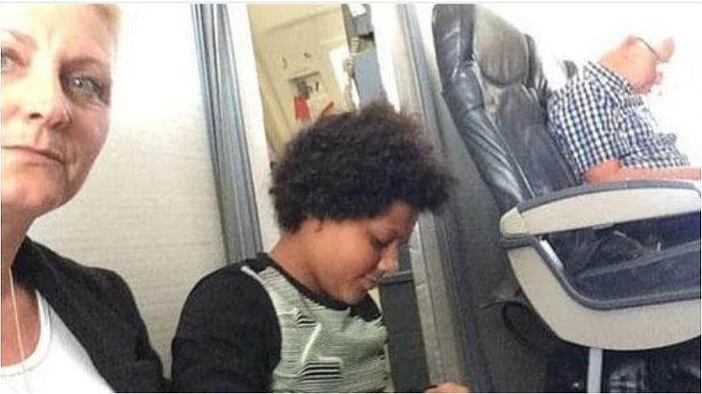 寶拉(左)一家人日前開心出國度假,沒想到回程時花了5萬買機票劃位,登機後卻無位可...