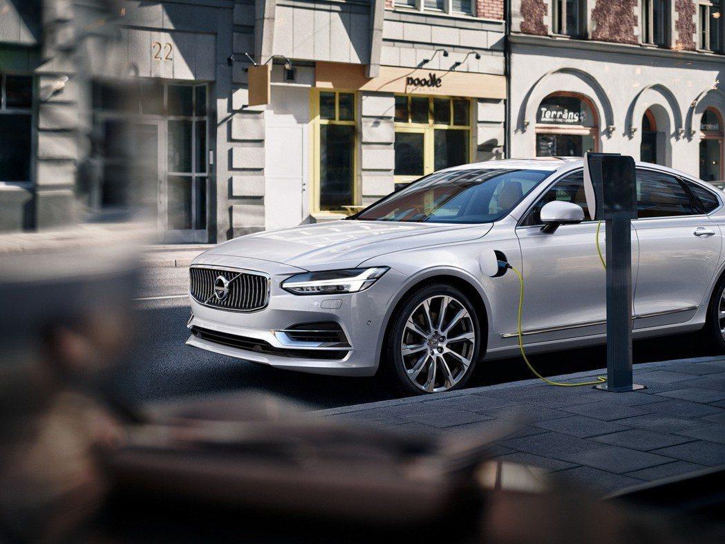 國際富豪汽車導入搭載 T8 插電式油電複合動力車款,2018 年以 325% 的...