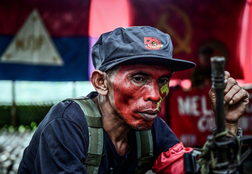 菲律賓國防部長聲稱:「我們收到抱怨,說NPA在這些地區干預選舉」,「MO32是針...