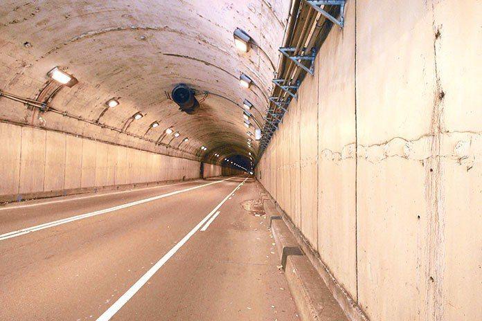 一般在長隧道時最常遇到的「撞鬼」情況即為「鬼打牆」。
