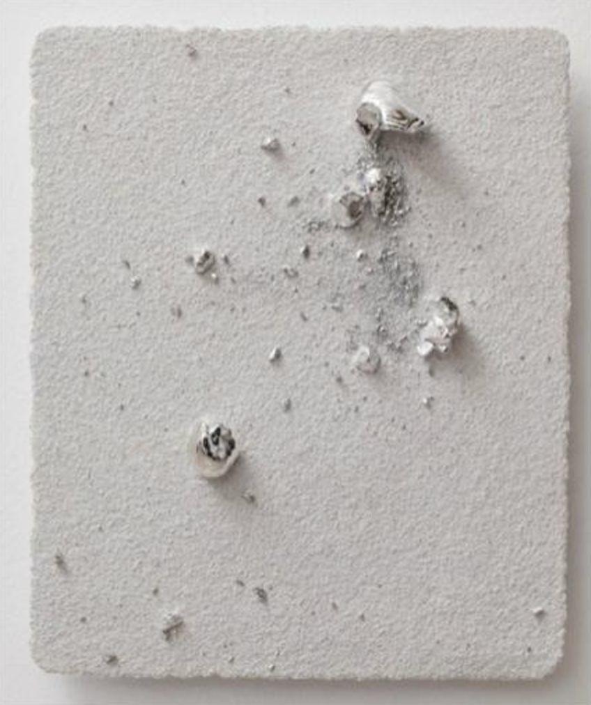 展望〈小宇宙7〉2012 鑄金屬石塊、紙漿、石粉 58 x 47 x 8 cm