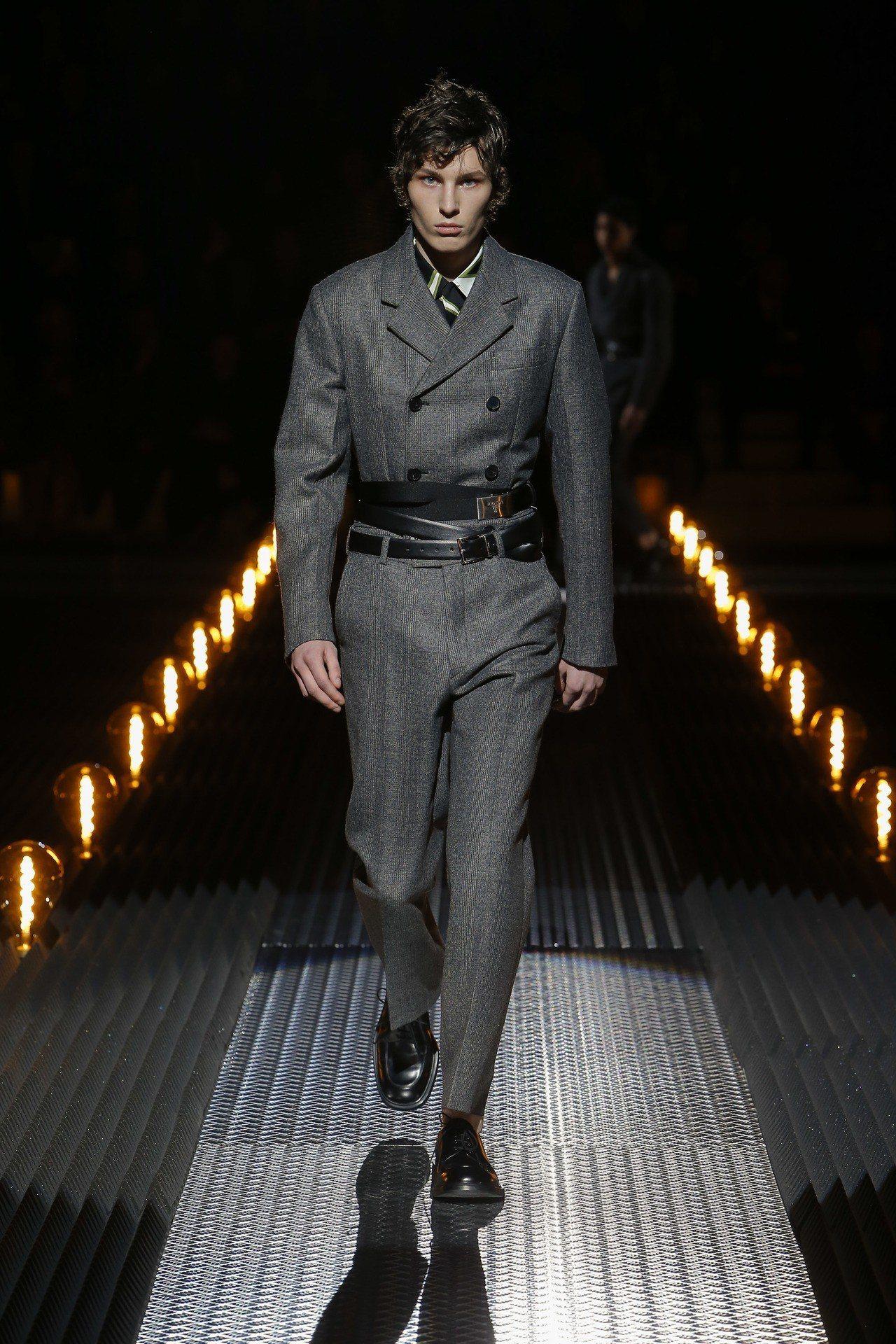 軍裝的影響加上精緻的剪裁,成為2019年秋冬PRADA男裝的主要輪廓之一。圖/P...