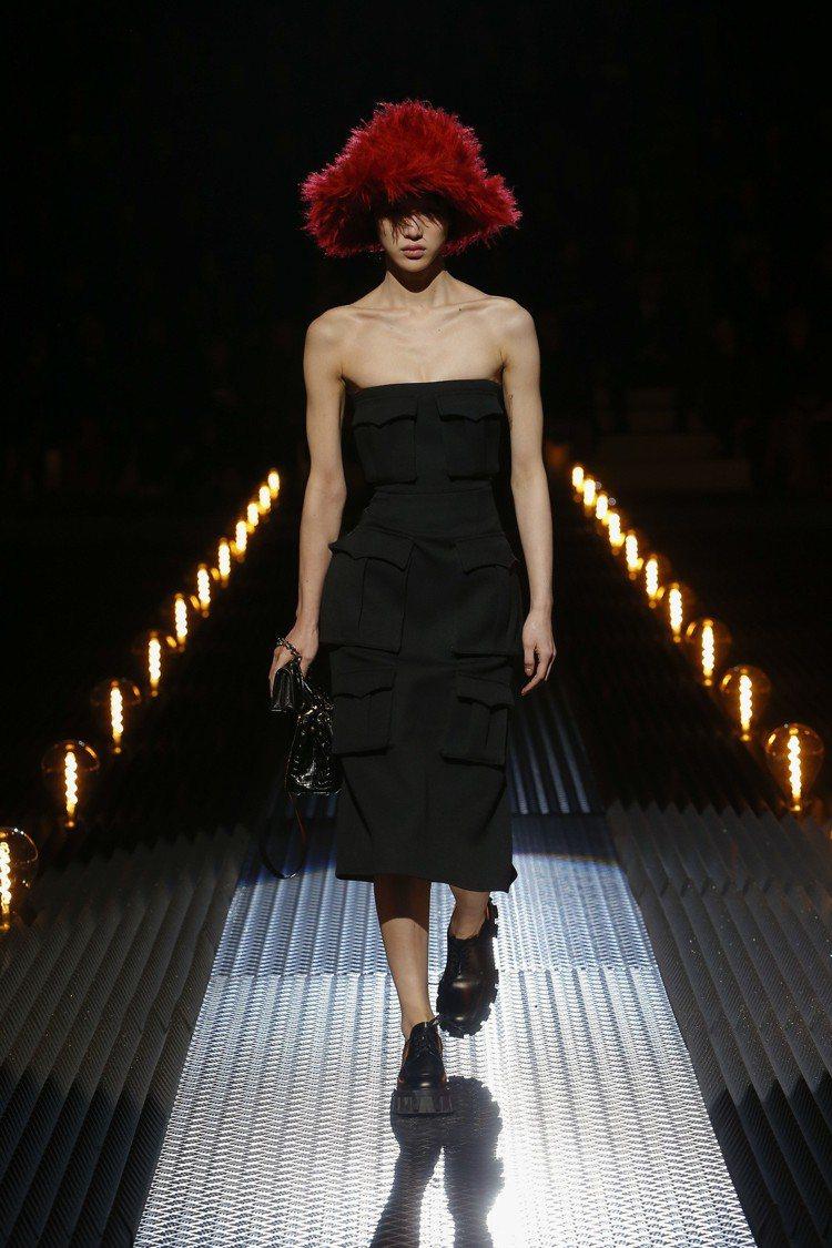 誇張的帽飾,搭配簡約剪裁的直線式洋裝,PRADA挑戰對於審美的價值感。圖/PRA...