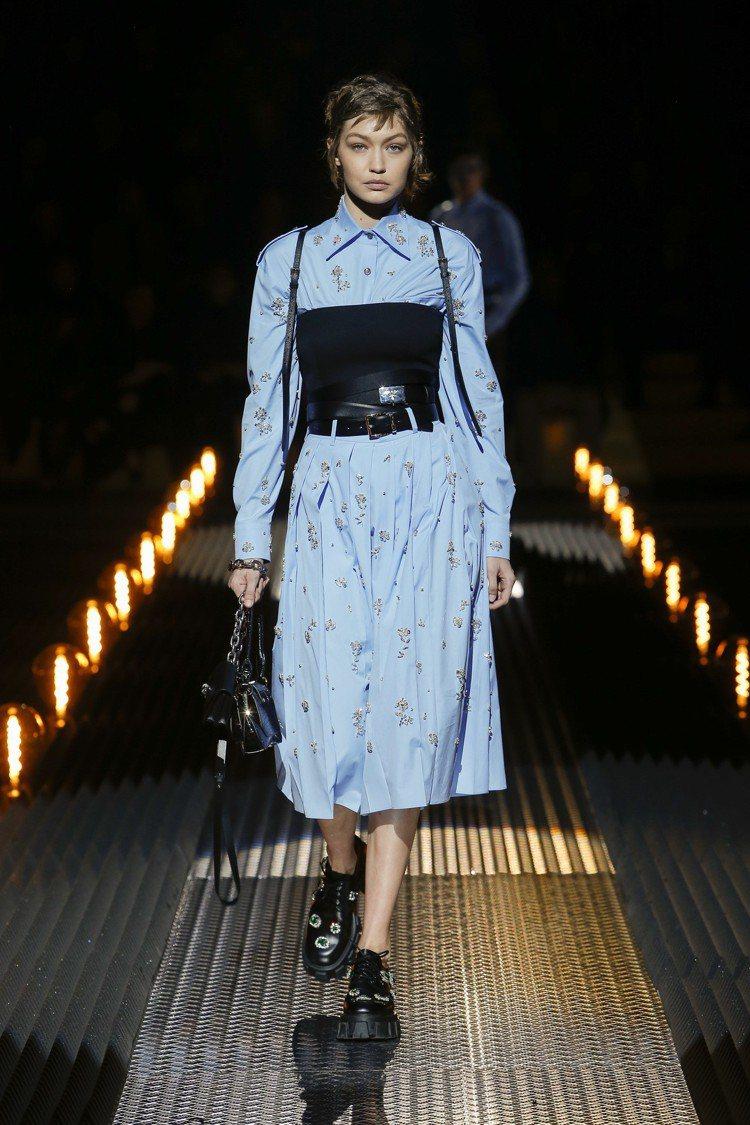 超模Gigi Hadid首次替PRADA演繹最新女裝系列。圖/PRADA提供