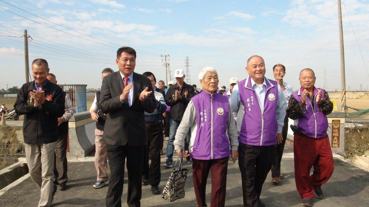 鄉長林茂盛(左二)還記得國中時洪俊雄老師對學生很好,圖前右二是陳秀治。記者謝恩得...