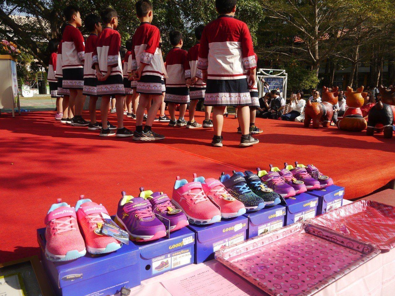 桃園市愛心關懷協會送愛心,這些新鞋市價約千元上下。記者徐白櫻/攝影