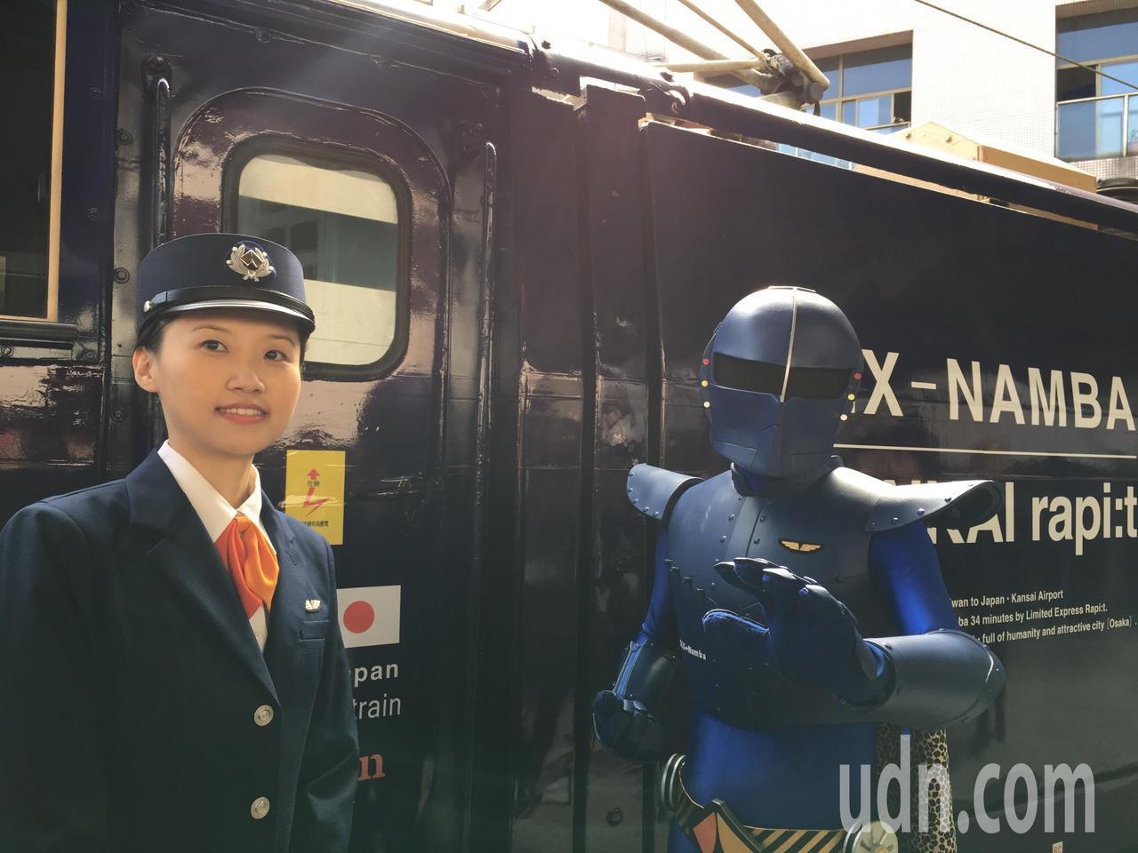 美麗列車長與南海電鐵吉祥物「關空戰士」到場助陣。記者吳姿賢/攝影