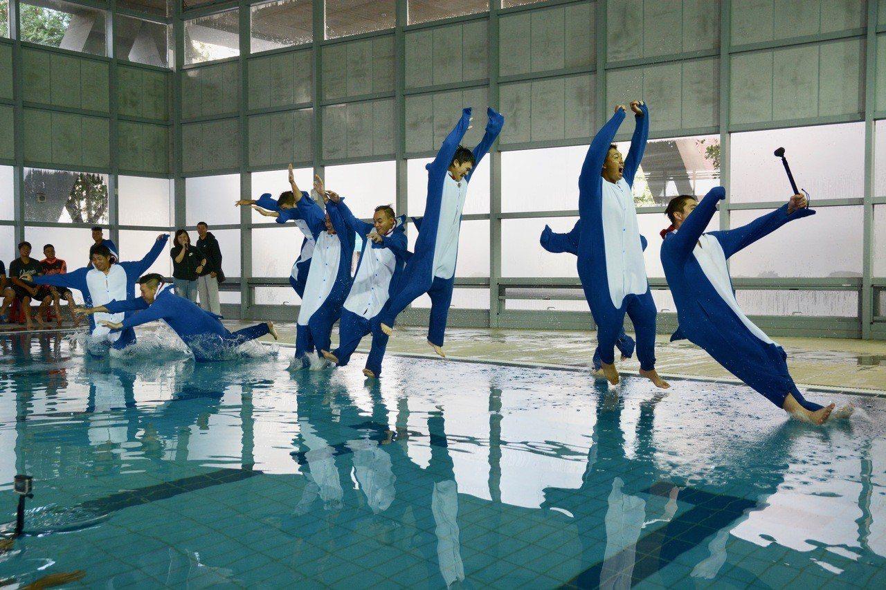 統一獅隊春訓菜鳥跳水活動,9名菜鳥一起跳水。記者蘇志畬/攝影