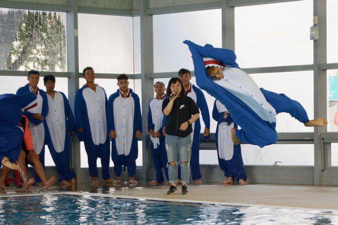 統一獅隊春訓菜鳥跳水活動,林祖傑的花式跳水引起歡呼聲。記者蘇志畬/攝影