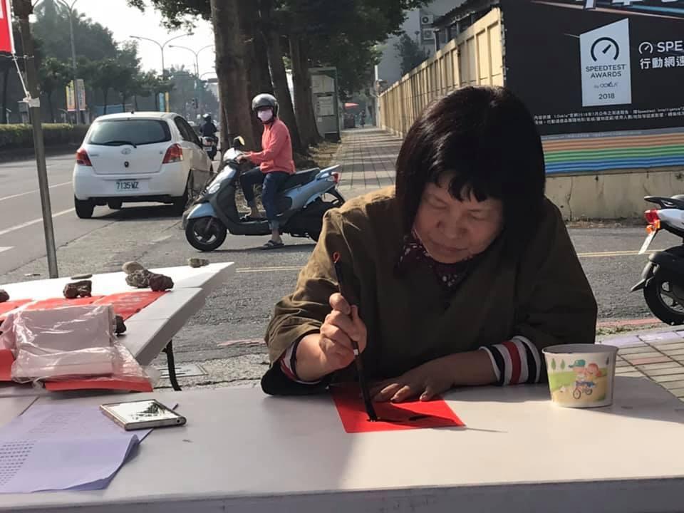 已經宣布參選屏東縣立委的蔣月惠,寫下2019期許字「來」,盼選票通通來。記者江國...