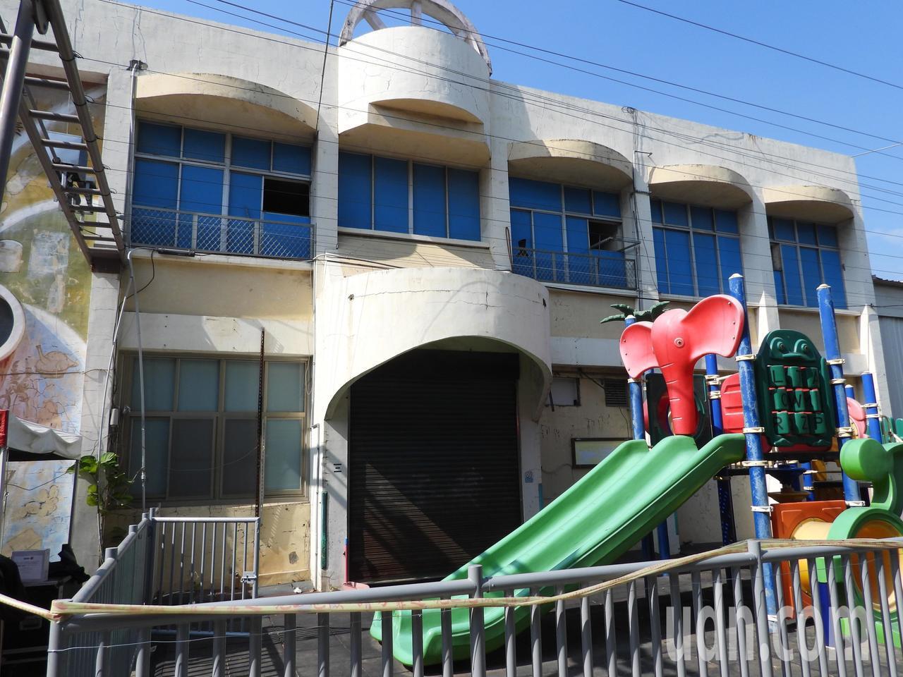 新市國小35年前興建的幼教綜合教室因震災受損成危樓,今動土拆除重建大樓。記者周宗...
