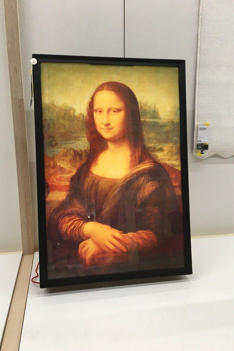OFF-WHITE X IKEA 蒙娜麗莎畫像則要價56美元,約台幣1,730元...