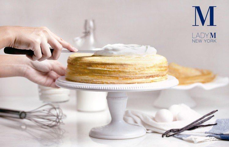20多層蛋皮堆疊而成的「經典原味千層蛋糕」(單片260元,9吋2,600元)。圖...