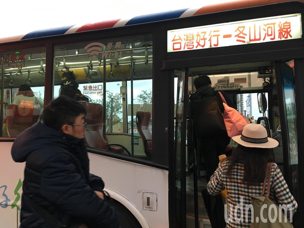 春節期間,民眾可搭乘台灣好行、台灣觀巴等專車出遊,避免塞車。記者吳姿賢/攝影