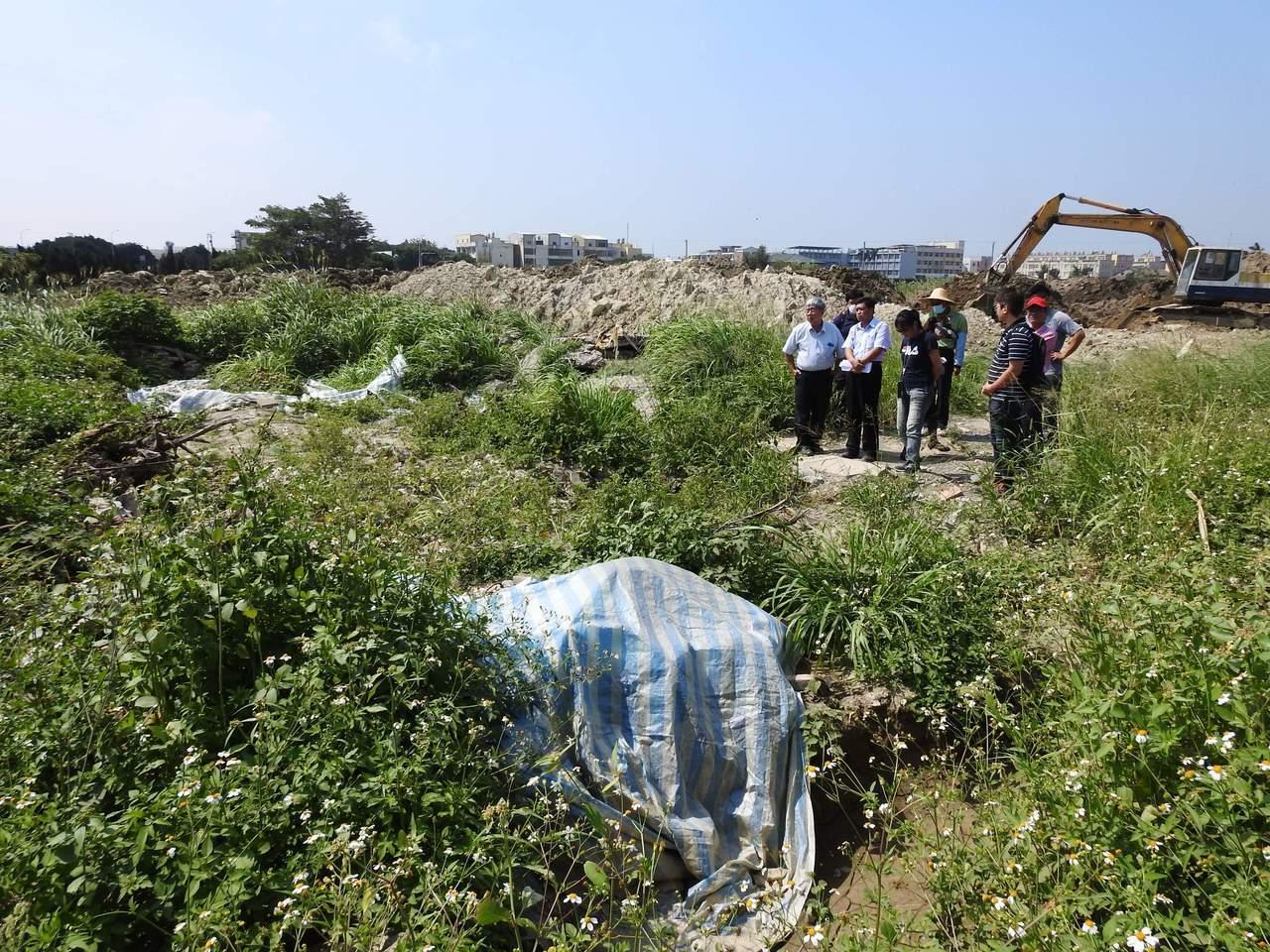 鹿港古墓群被嚴重破壞現場一片凌亂,到處可以撿到先人的陪葬品。圖/盧泰康提供