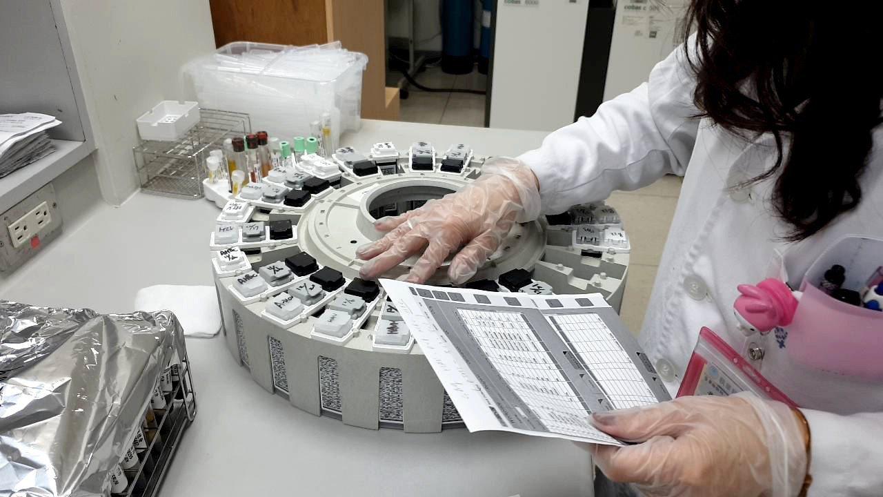 從檢體成為一份檢驗報告,每個環節都經過最高規格的處理和醫檢師再三確認,並產出精準...