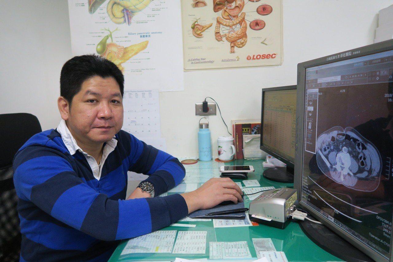 彰化醫院一般外科主任余明昌發現老翁小腸有魚刺穿刺。圖/彰化醫院提供