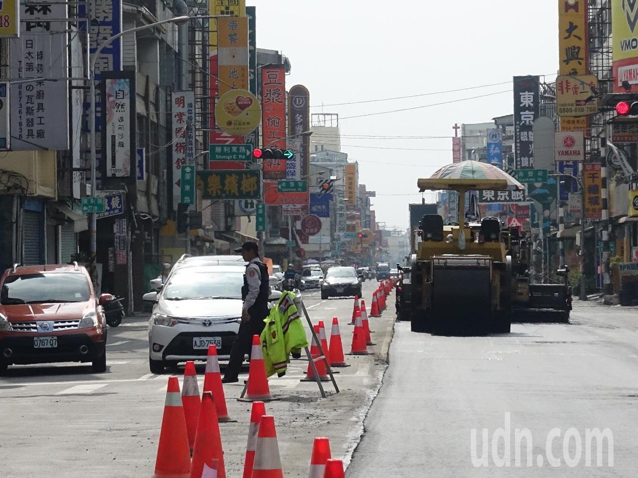 配合台灣燈會,屏東市區最近進行路面翻修工程,但也因為施工的道路實在太多,引來民眾...