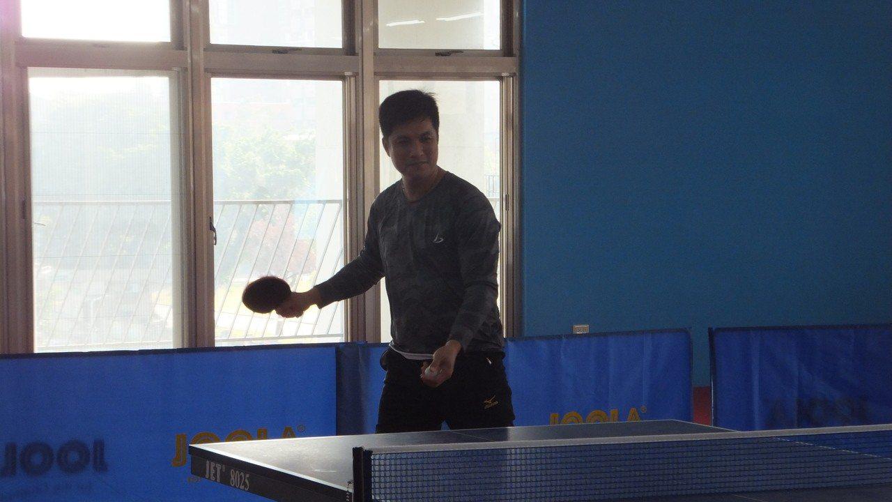 獅隊開訓安排打桌球課程,潘武雄手感不錯。記者藍宗標/攝影