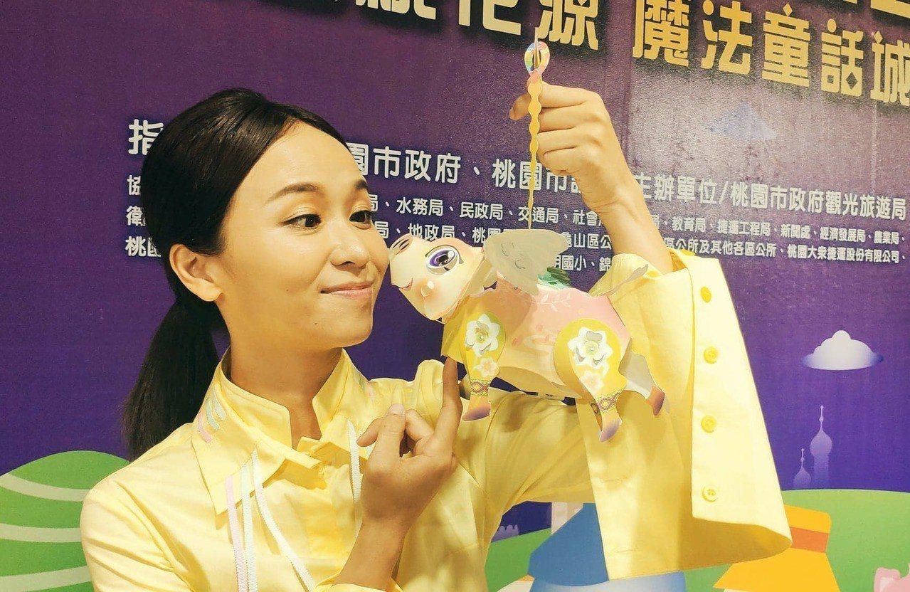 「飛天活力豬」今年更首創可改裝的手握提燈。記者李京昇/攝影